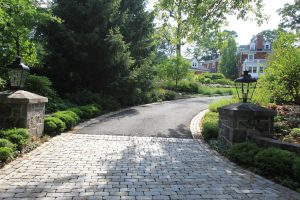 cobblestone-aprons-with-blacktop-driveway-hartshorn-paving